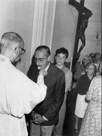 Cardeal Bertoglio coloca a hóstia na boca do ditador Videla