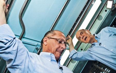 Os candidatos do PSDB  José Serra e Geraldo Alkmin pegam o metro