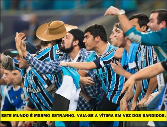 Torcedores vaiam o goleiro Aranha durante o reencontro do Grêmio com o Santos em Porto Alegre.